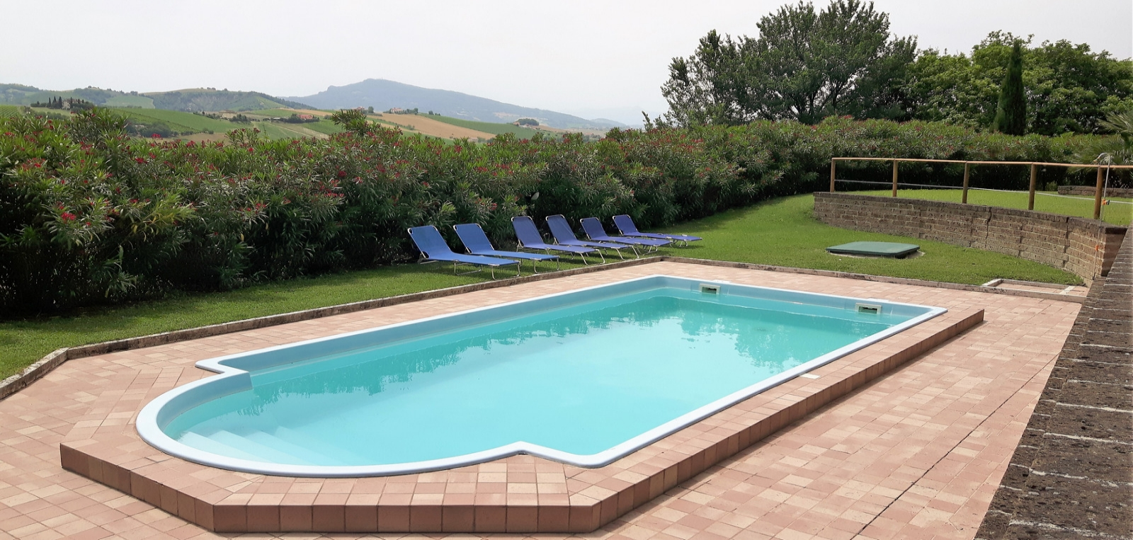 Area-Piscina-piscina-e-colline-1600x763
